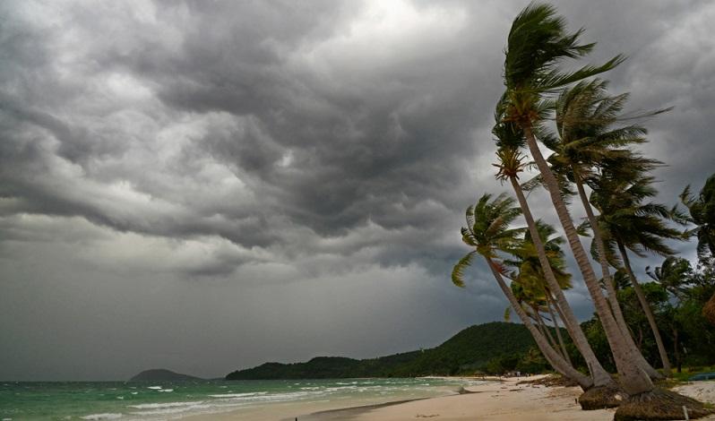 Für stürmische Tage eine leichte Windjacke und einen Schal in den Koffer packen.