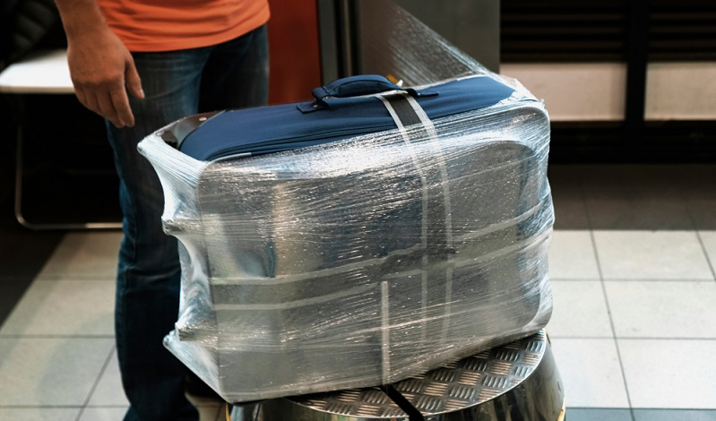 Koffer am Flughafen mit Folie einwickeln lassen, damit kann der Koffer nicht aufgehen und wird zusätzlich noch vor Beschädigungen, Schmutz und Feuchtigkeit geschützt
